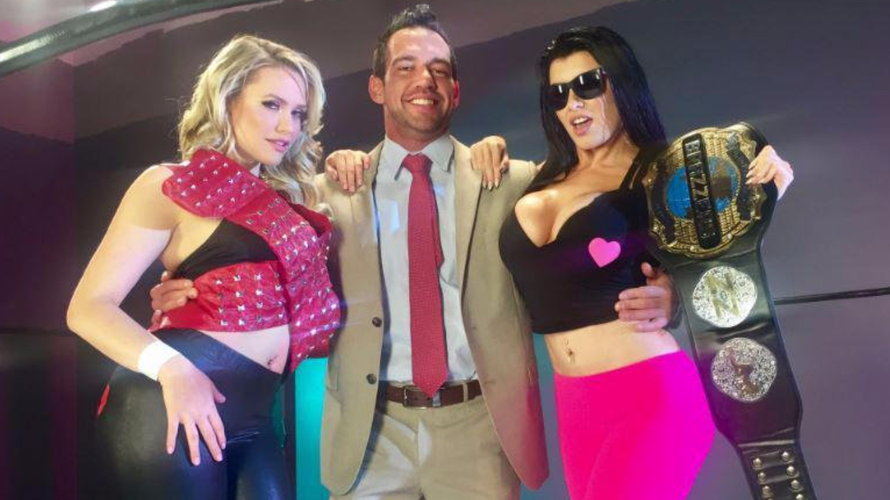 Mia Malkova, Johnny Castle and Romi Rain pose as Shawn Michaels, Vince McMahon and Bret Hart  Foto: Twitter/thegirthbrooksx